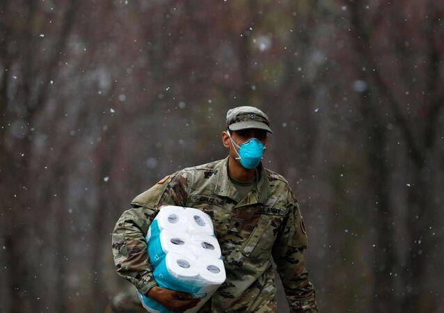 Amerykański żołnierz z opakowaniem papieru toaletowego w New Rochelle, Nowy Jork, USA