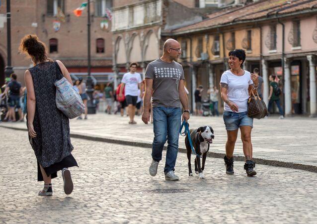 Przechodnie i turyści na ulicy w Ferrarze we Włoszech