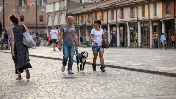 Przechodnie i turyści na ulicy w Ferrarze we Włoszech - Sputnik Polska