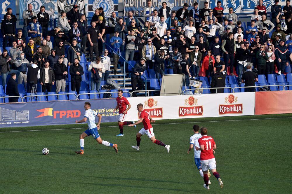 Zawodnicy drużyn FC Mińsk i FC Dinamo-Mińsk rywalizują podczas meczu piłkarskiego Mistrzostw Białorusi w Mińsku, 28 marca 2020 r. - Białoruś kontynuuje mistrzostwa, mimo że wszystkie ligi w Europie anulowały je, aby ograniczyć rozprzestrzenianie się COVID-19