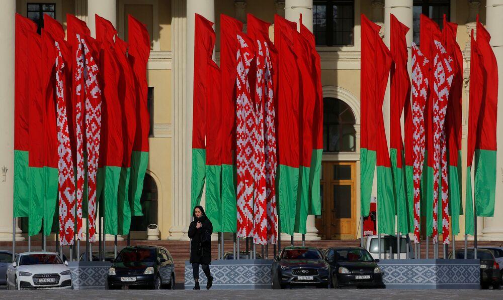 Dziewczyna na tle flag państwowych Białorusi