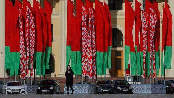 Dziewczyna na tle flag państwowych Białorusi - Sputnik Polska