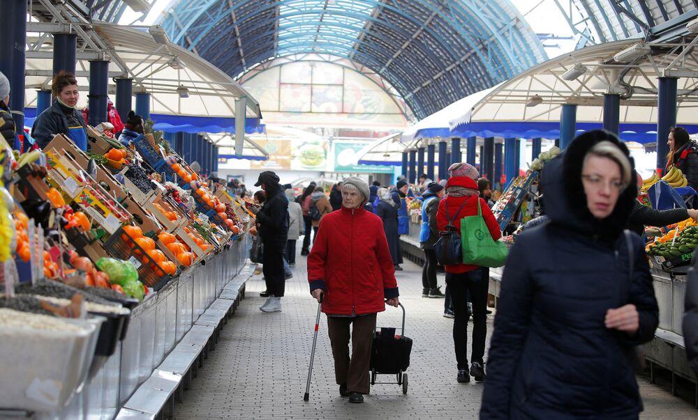 Ludzie na targowisku w Mińsku