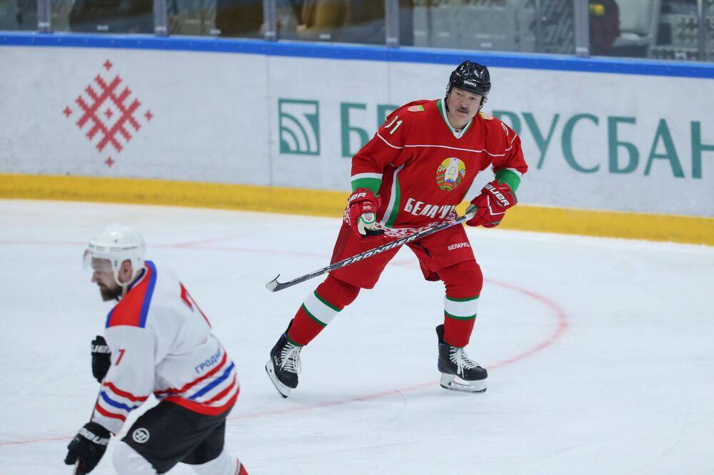 Prezydent Łukaszenka bierze udział w meczu hokeja