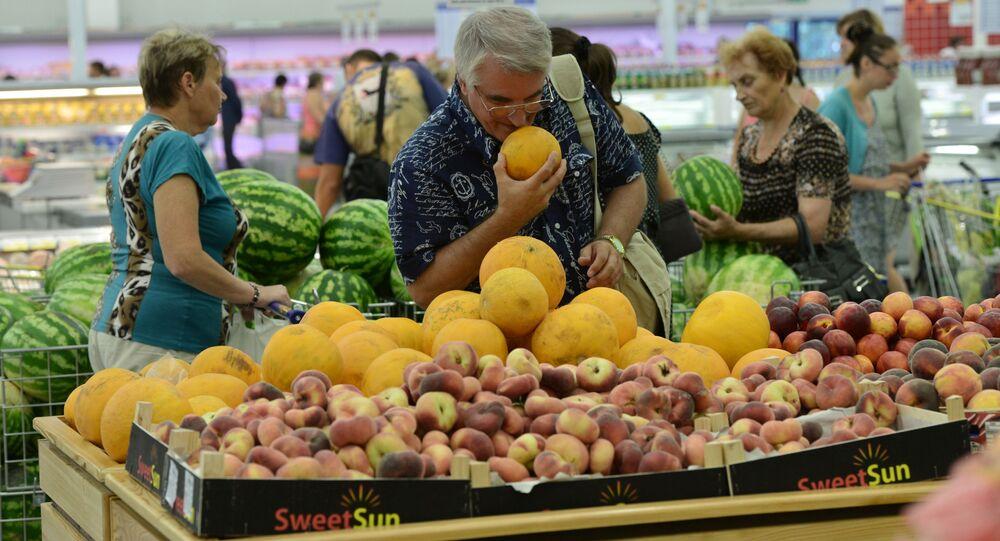 Supermarket w Rosji. Klient wybiera melony