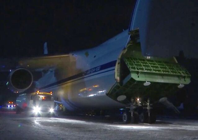 Samolot wojskowy AN-124-100 Rusłan ministerstwa obrony Rosji na lotnisku Czkałowskij