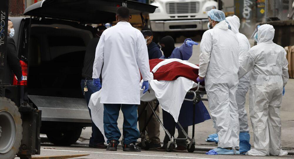 Lekarze przewożą zmarłą na koronowirusa osobę w szpitalu w Brooklyne