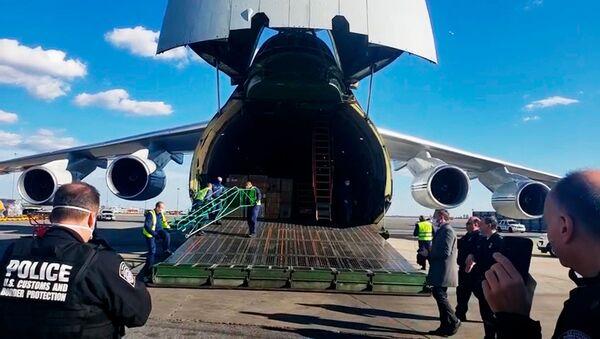 Rosyjski samolot An-124 ze sprzętem medycznym dla USA na lotnisku w Nowym Jorku - Sputnik Polska