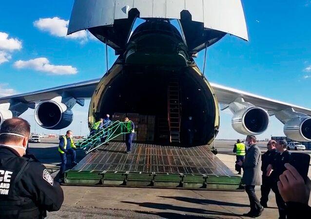 Rosyjski samolot An-124 ze sprzętem medycznym dla USA na lotnisku w Nowym Jorku