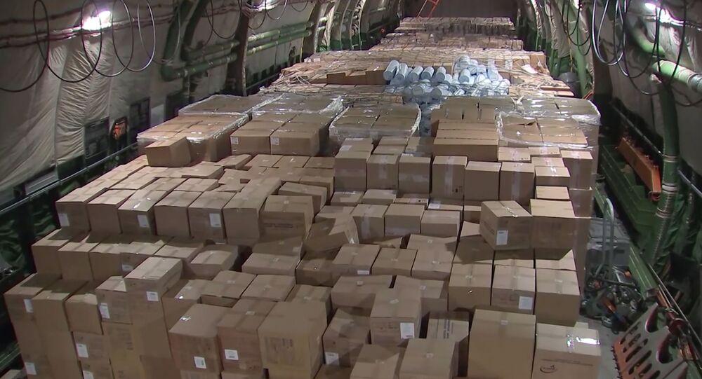 Pomoc humanitarna wewnątrz samolotu wojskowego An-124-100 Rusłan na lotnisku Czkałowski