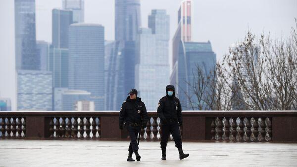 Pracownicy policji na Wzgórzach Worobiowychw Moskwie w czasie kwarantanny - Sputnik Polska