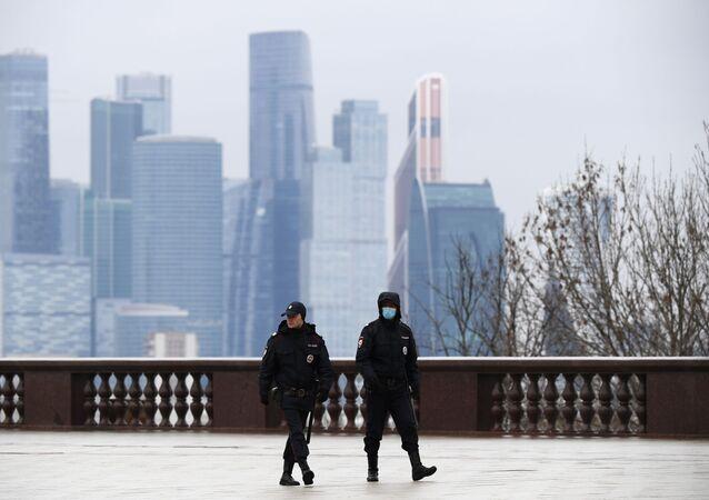 Pracownicy policji na Wzgórzach Worobiowychw Moskwie w czasie kwarantanny