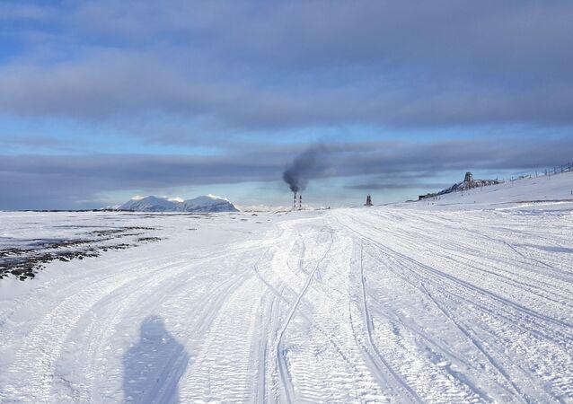 Widok na Barentsburg, na archipelagu Spitsbergen