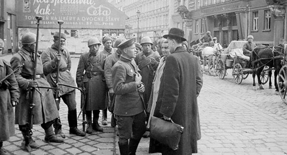 Mieszkańcy Bratysławy rozmawiają z żołnierzami armii radzieckiej