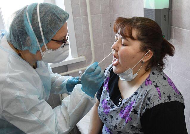 Pobranie próbki materiału biologicznego do badania na obecność koronawirusa od pacjenta w Klinicznym Centrum Medycznym w Czycie