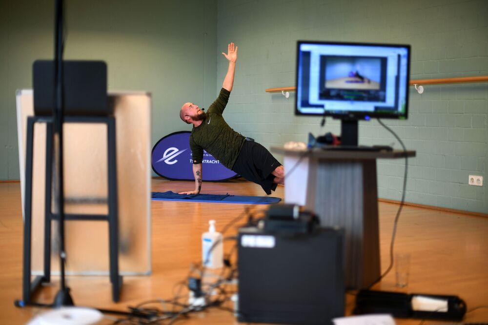 Trener fitnes Philipp z Niemiec prowadzi trening online