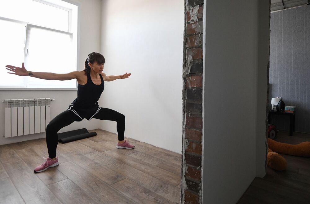 Trenerka fitnes z Rosji Anastazja Sałamatina prowadzi trening online