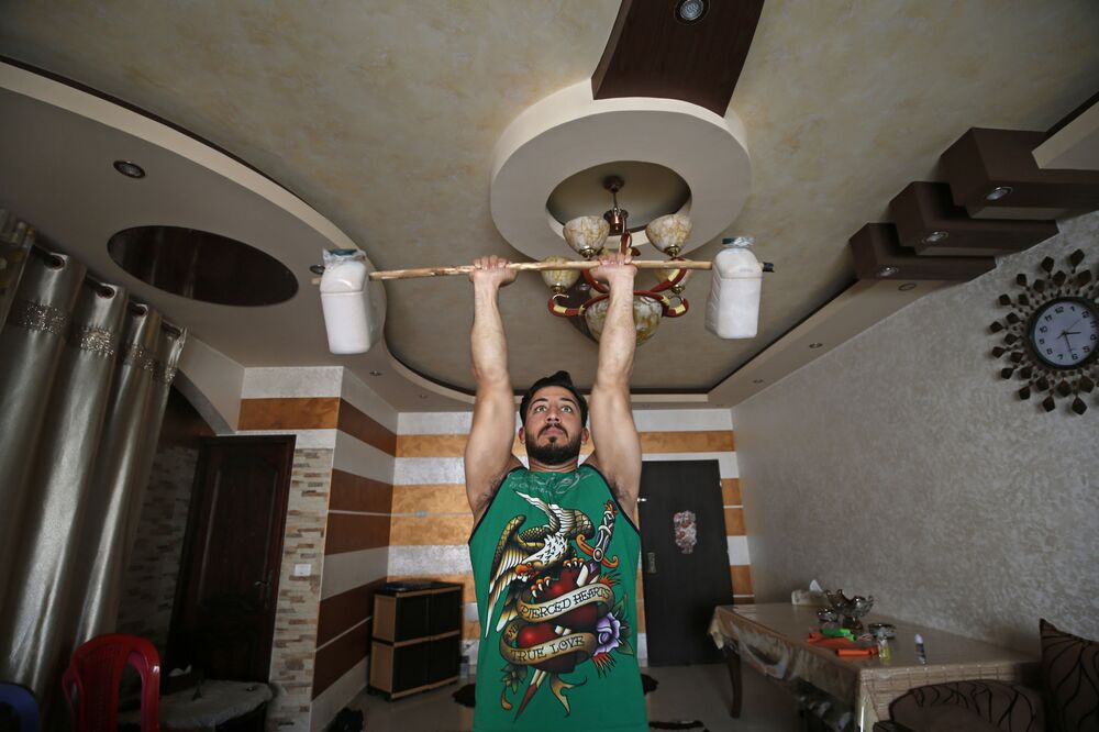Trener fitnes Ahmed Sawi z Gazy ćwiczy w domu
