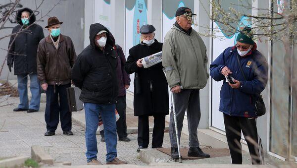 Starsi ludzie w maskach medycznych pod apteką w Sofii, Bułgaria - Sputnik Polska