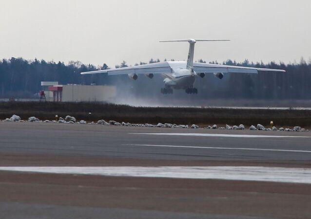 Samolot Ił-76 lotnictwa wojskowo-transportowego Sił Powietrzno-Kosmicznych z pomocą humanitarną dla Serbii na pokładzie
