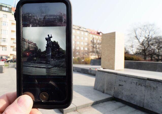 Telefon ze zdjęciem pomnika Koniewa w Pradze