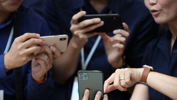 Посетители рассматривают новые Apple iPhone 11 Pro в Калифорнии  - Sputnik Polska