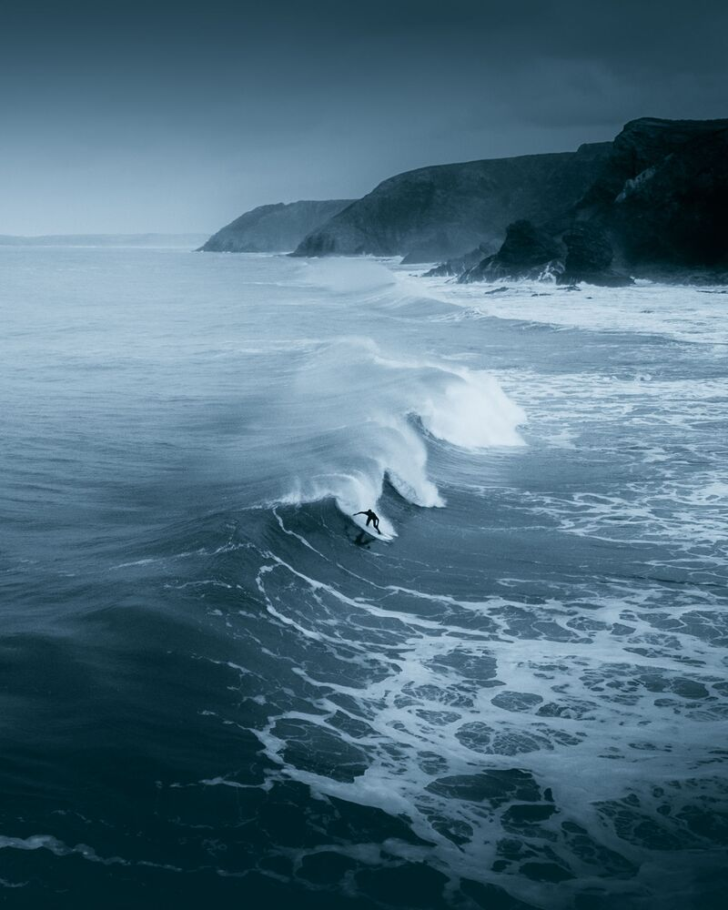 """A lone surfer braving the winter cold on the Cornish North Coast"", Wielka Brytania"