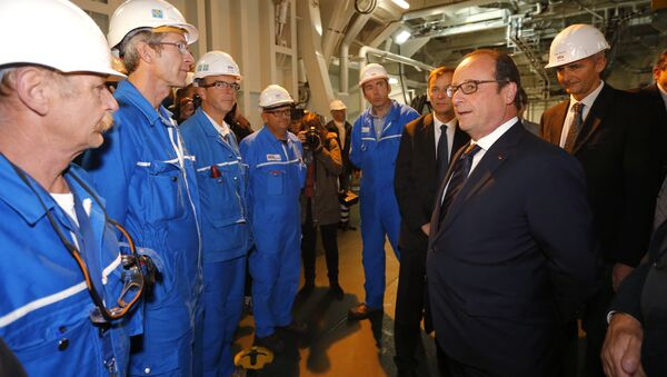 Prezydent Francji Francois Hollande rozmawia z pracownikami na pokładzie Mistrala podczas wizyty w stoczni w Saint-Nazaire we Francji - Sputnik Polska