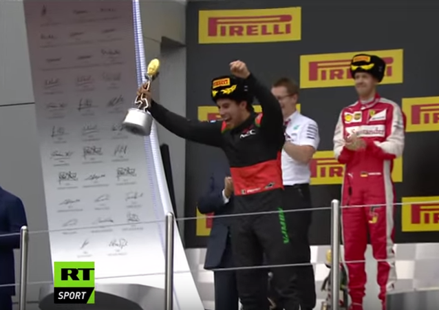 Piloci Formuły 1 oblali Putina wodą