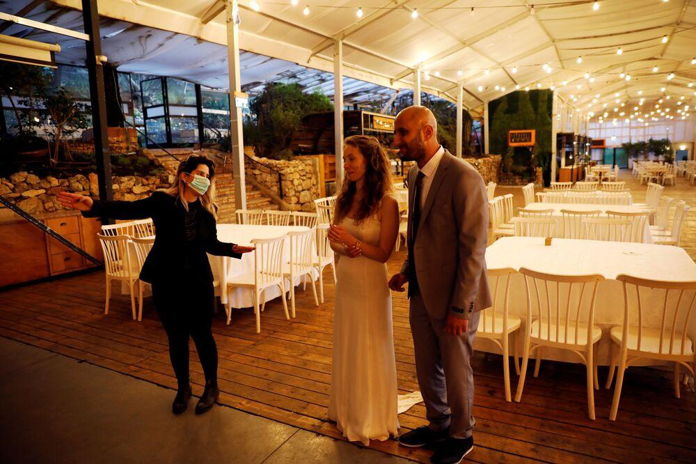 Izraelska młoda para podczas ceremonii ślubnej