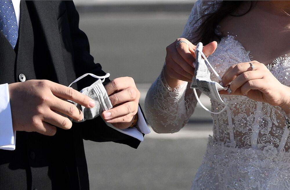Wietnamscy turyści w ubraniach weselnych w Paryżu