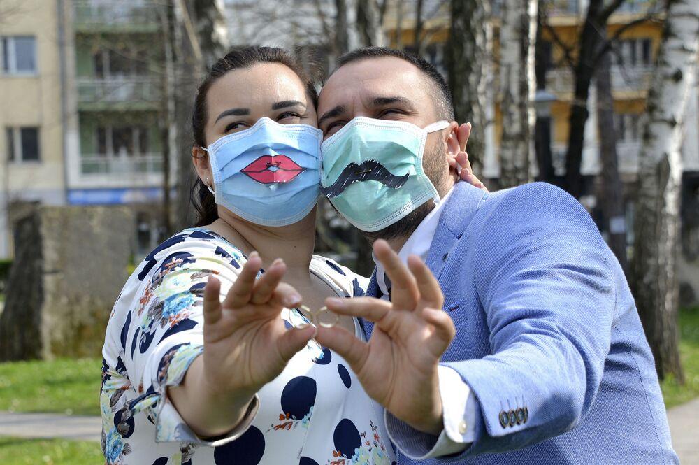 Nowożeńcy po ceremonii ślubnej w Bośni