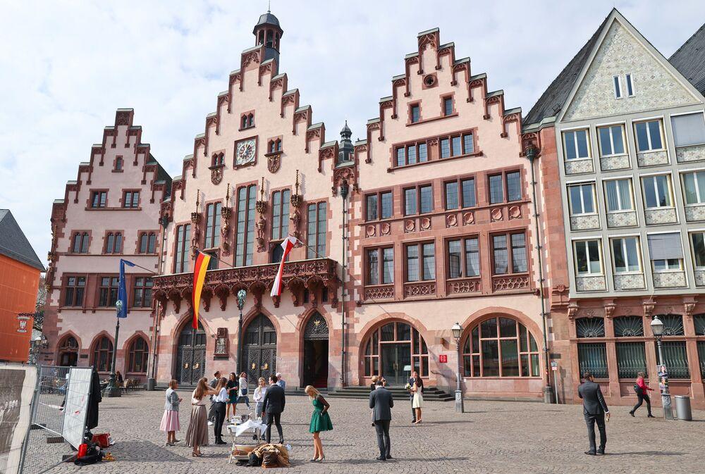 Goście w oczekiwaniu na ceremonię ślubną w Niemczech