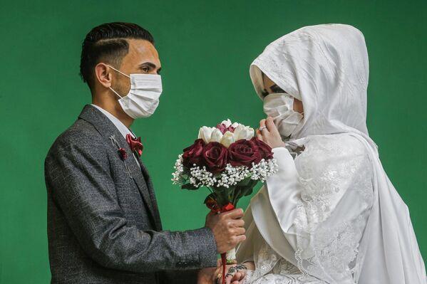Nowożeńcy podczas ślubnej sesji zdjęciowej w Gazie - Sputnik Polska