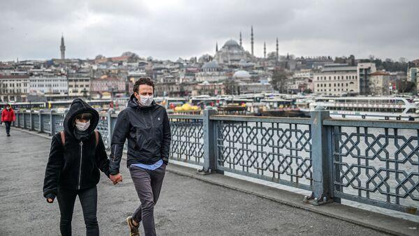 Para w maskach na ulicy w Stambule, Turcja - Sputnik Polska