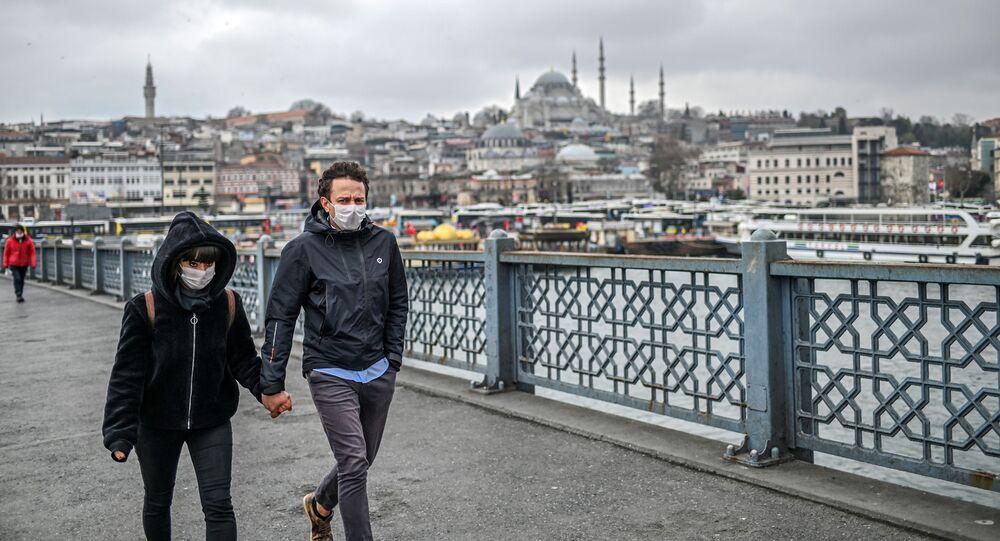 Para w maskach na ulicy w Stambule, Turcja