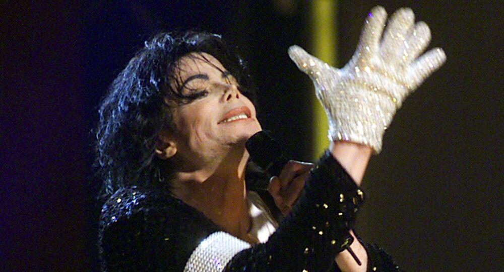 Michael Jackson w białej rękawiczce podczas swojego koncertu w Madison Square Garden w Nowym Jorku, 2001 rok