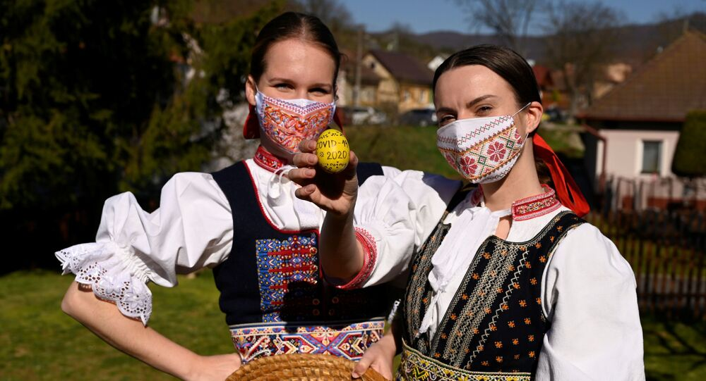 Dziewczyny w słowackich strojach ludowych