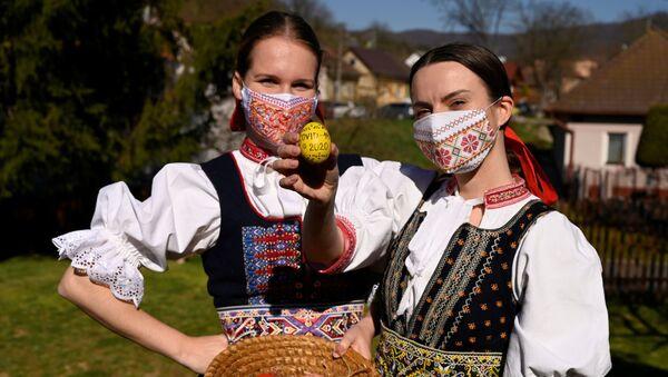 Dziewczyny w słowackich strojach ludowych - Sputnik Polska