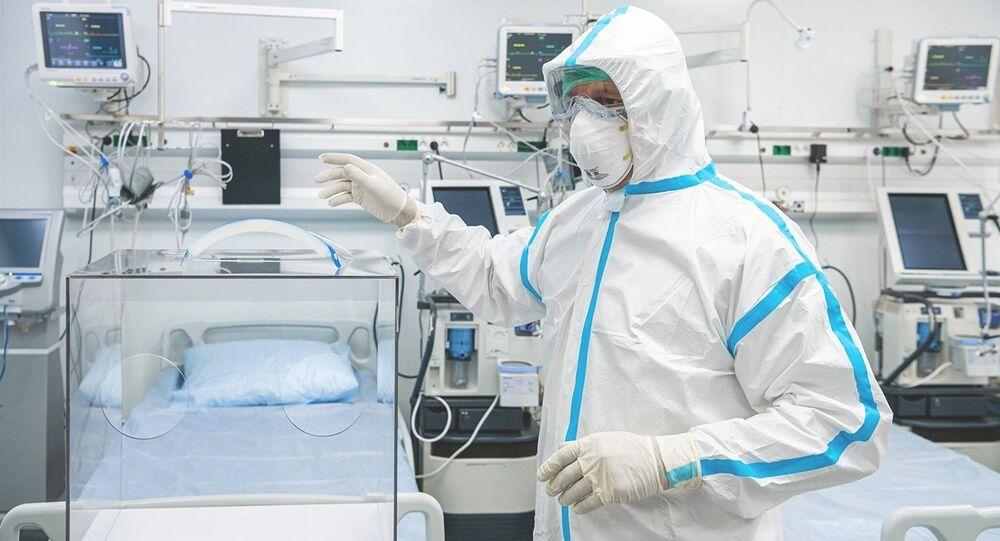 Lekarz w kostiumie ochronym