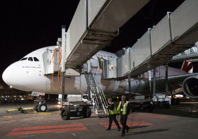"""Samolot linii lotniczej Emirates Airbus A380-800 na płycie lotniska """"Domodiedowo"""""""