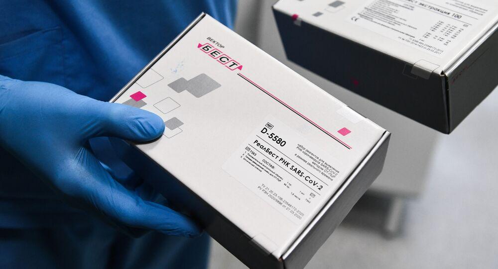 Pracownik medyczny wykonuje test na koronawirusa w laboratorium Federalnego Centrum Badań Medycyny Podstawowej i Translacyjnej w Nowosybirsku