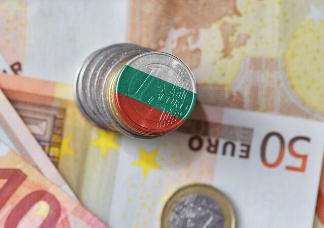 Monety o nominale jednego euro z flagą Bułgarii na tle banknotów