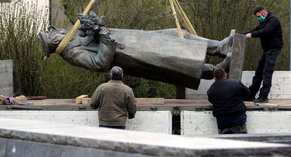 Demontaż pomnika marszałka Koniewa w Pradze