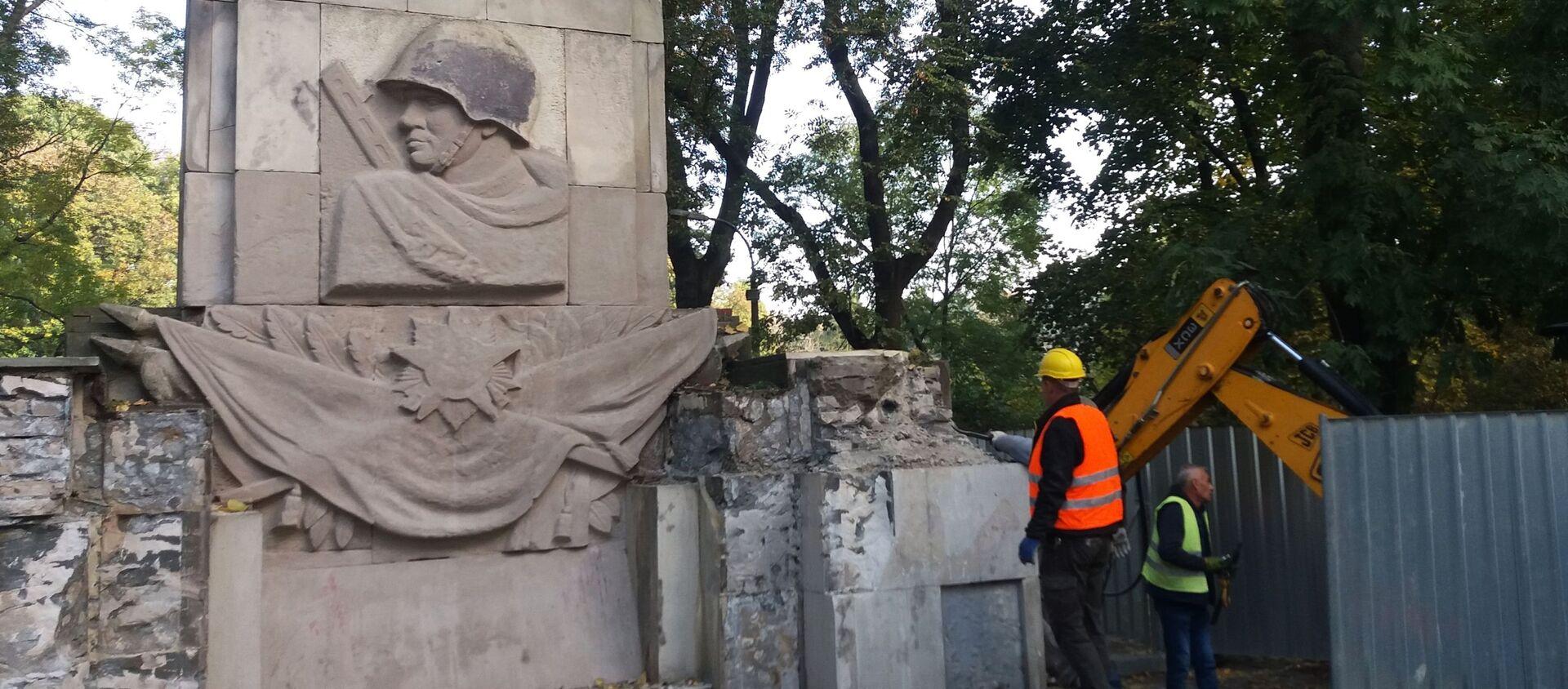 Demontaż Pomnika Wdzięczności Żołnierzom Armii Radzieckiej w parku Skaryszewskiego w Warszawie - Sputnik Polska, 1920, 22.04.2021