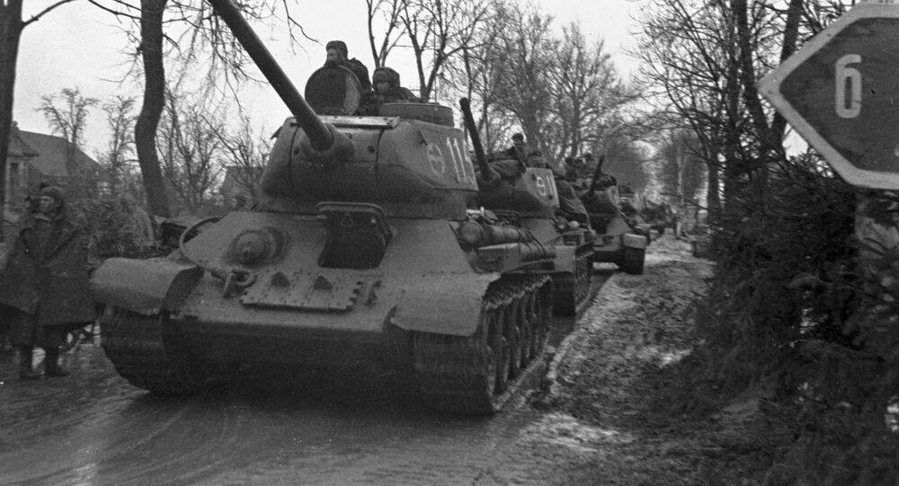 Radziecki czołg wjeżdża do Königsbergu.