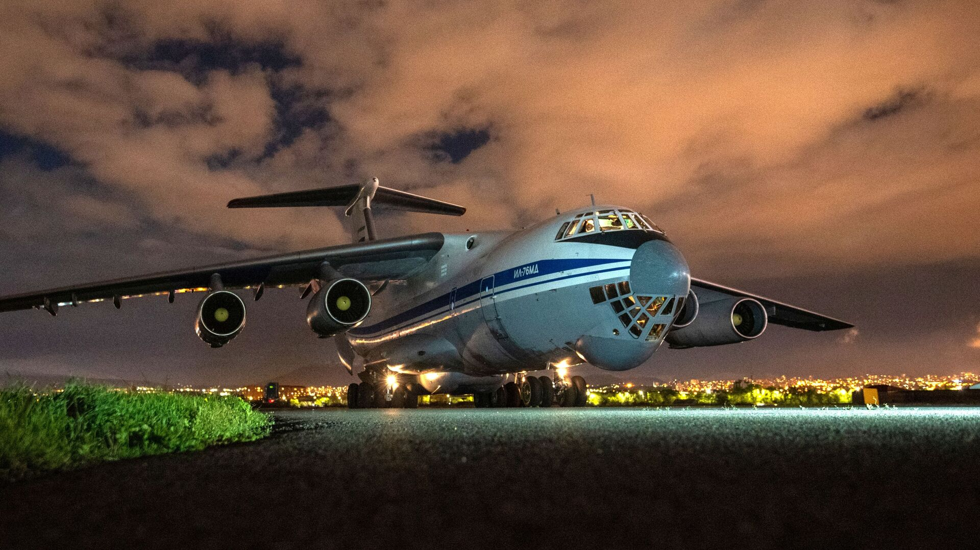 Samolot transportowy Sił Powietrzno-Kosmicznych Rosji Ił-76 z pomocą humanitarną  - Sputnik Polska, 1920, 10.08.2021