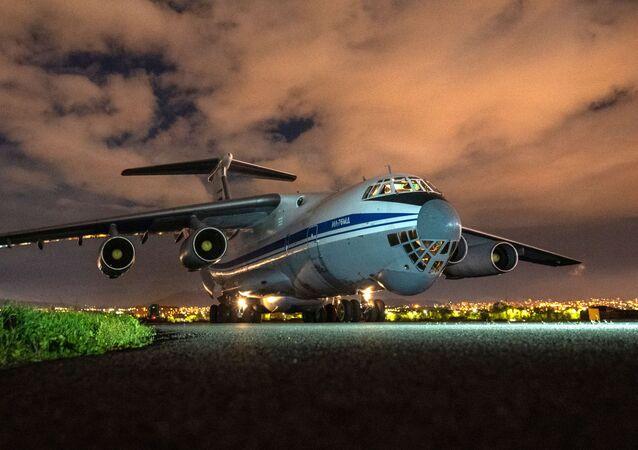 Samolot transportowy Sił Powietrzno-Kosmicznych Rosji Ił-76 z pomocą humanitarną