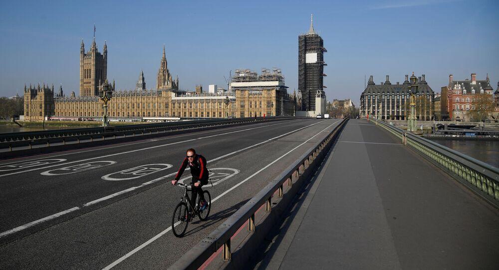 Rowerzysta jedzie pustym mostem Westminster w Londynie