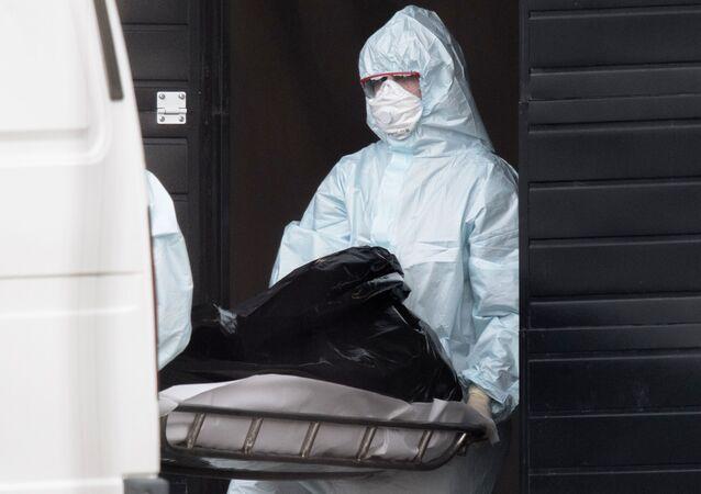 Lekarze wynoszą zmarłego ze szpitala w Kommunarce